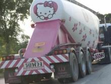 สาวกคิตตี้ กรี๊ด!! รถพ่วงลาย แมวเหมียว สุดฟรุ้งฟริ้ง!!! โผล่กลางถนน