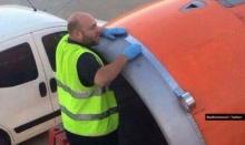 """ผู้โดยสารอึ้ง! ช่างใช้ """"เทปกาว"""" ซ่อมเครื่องก่อนขึ้นบิน"""