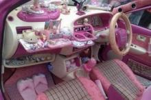 สาวก Hello Kitty ตัวจริง! ตกแต่งภายในรถเก๋งด้วยคิตตี้ทั้งหมด
