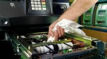 เสร็จโจรสิครับ! พนักงานเติมเงินตู้เอทีเอ็มลืมถุงเงินกว่า 5 ล้านทิ้งไว้บนสนามหญ้า