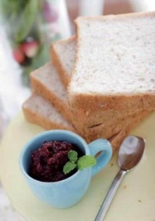 ขนมปังกับแยมราสป์เบอร์รี่