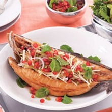 ปลาสำลีทอดกับยำแอ๊ปเปิ้ลและทับทิม