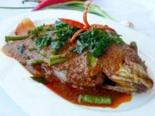 ปลาทอดราดพริกแกง