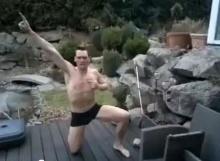 หนุ่มพิเรน กระโดดใส่บ่อน้ำแข็ง
