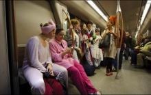 รวมภาพการแต่งตัวประหลาดขายของในรถไฟฟ้าใต้ดิน