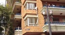 ชู้หนุ่มเผ่นหนีตายจากอพาร์ทเมนต์ หลังถูกสามีฝ่ายหญิงจับได้ ฝูงชนแซวสนุกสนาน