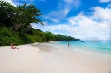 หาดทรายขาวๆ ณ เกาะตาชัย