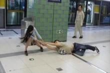 ชาวเน็ตแชร์ภาพ สาวแกร่งลากแฟนหนุ่มติดมือถือขึ้นรถไฟฟ้า