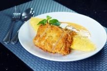 ข้าวห่อไข่ ไก่ทอดกรอบในซอสพะแนง
