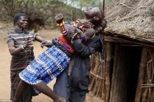 สะเทือนใจ!! สาวชนเผ่าในเคนย่า มีค่าเท่ากับแพะ 20 ตัวและอูฐ 3 ตัว
