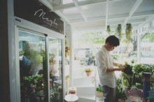 บรรยายกาศของดอกไม้ พร้อมกลิ่นไอกาแฟที่ Maybe Flower & Cafe