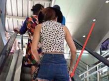 สาวขึ้น BTS มองด้านข้างก็ปกติ แต่พอเลื่อนลงดูข้างล่าง ก็ต้องทึ่งทั้งสถานี!