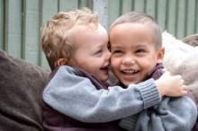 สุดมหัศจรรย์! ชมพี่น้องฝาแฝดต่างสีผิว โอกาสแค่ 1 ในล้าน