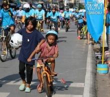 ได้ใจชาวเน็ต!!!ภาพสองพี่น้อง ผลัดกันปั่น Bike For Mom