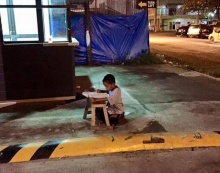 'เด็กน้อย'ยากจนแต่รักดี 'อาศัยไฟร้านฟาสฟู๊ดส์ริมถนน' ทำการบ้าน!