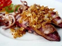 ปลาหมึกยัดไส้ไก่สับทอดกระเทียม