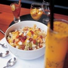 สลัดผลไม้รวมกับน้ำเสาวรสและน้ำส้มคั้นปั่น