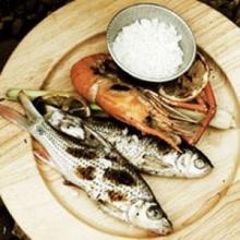 ปลาและกุ้งย่างเกลือกับผิวเลมอน