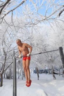สุดเฟิร์ม! ปู่จีนวัย 77 ออกกำลังกายกลางอากาศหนาวเหน็บ