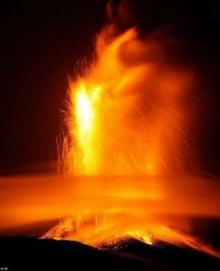 ชมภาพสุดระทึก!! ภูเขาไฟสูงสุดยุโรปปะทุลาวาครั้งใหญ่