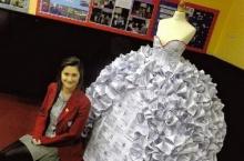 นักเรียนอังกฤษเจ๋ง สร้างชุดแต่งงานจากกระดาษเซ็นใบหย่า [ชมคลิป]