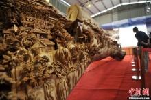 ตื่นตาตื่นใจ ช่างจีนแกะสลักไม้ยาวที่สุดในโลก