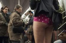 ประชาชนร่วมกิจกรรมขึ้นรถไฟไร้กางเกง