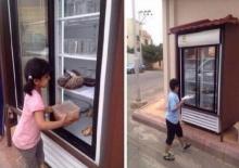 น้ำใจเล็กๆ ชายปริศนาตั้งตู้เย็นหน้าบ้านให้คนจรจัดหยิบไปกินฟรี