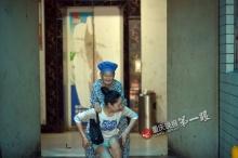 สาวจีนยอดกตัญญู แบกยายไปทำงานด้วยทุกวันแก้ปัญหาไม่มีคนดูแล
