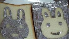 ไอเดียเจ๋ง! สร้างสรรค์ลวดลายบนขนมปังจากแผ่นฟอยล์