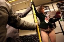 หนุ่มสาวรวมตัว ถอดกางเกงขึ้นรถใต้ดิน!!?