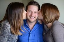 ชายทั่วโลกต้องอิจฉา! หนุ่มคนนี้มีแฟนสาวสวย 2 คนที่รักกันดี และกำลังหาแฟนคนที่สาม!