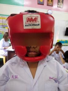 ชาวเน็ตแชร์ ภาพเด็กใส่เฮดการ์ดมาเรียน แท้จริงแล้วป่วยเป็นลมชัก