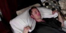 ใครนอนแล้วคอเคล็ดดูทางนี้ !! วิธีนอนไม่ให้ปวดหลังคอเคล็ด ไม่ต้องเสียเงินซื้อหมอนสุขภาพ