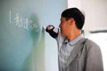 ชาวเน็ตแห่ชื่นชม..ครูจีนแขนด้วนสอนหนังสือเด็กๆมากว่า 12 ปี