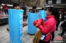 วันของสตรีในประเทศจีน สามีแต่งเป็นกระสอบทรายให้ภรรยากระหน่ำ
