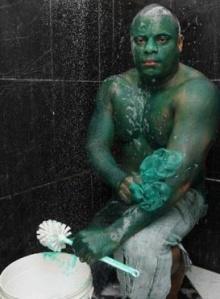 หนุ่มบราซิลอยากเป็นฮักค์ สีเขียวทาตัวเกือบล้างไม่ออก