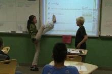 ทึ่ง!ครูไร้แขนสอนเลขนักเรียนด้วยเท้า