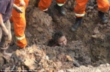 ฮือฮา คนงานรอดตายปาฎิหารย์ หลังร่างถูกฝังอยู่ใต้ดินถล่ม-โผล่แค่ศีรษะ
