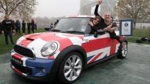 สถิติโลกใหม่ สาวอังกฤษ 28 คน อัดเข้าไปในรถมินิ