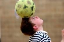 ผู้ปกครอง งง! อียู ติดป้ายเตือน ระวังลูกฟุตบอลติดคอเด็ก