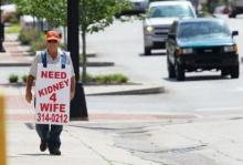 ซึ้ง!!! คุณลุงมะกันวัย 77 ปี เดินขอรับบริจาคไตให้ภรรยา