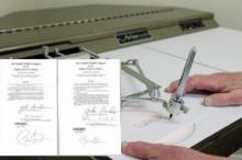 โอบามา พึ่งเครื่องทุ่นแรง ปากกาอัตโนมัติ เซ็นเอกสาร