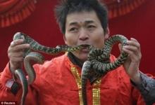 นักแสดงชาวจีน โชว์สอดงูเข้าปากโผล่ออกทางจมูกฉลองปีมะเส็ง