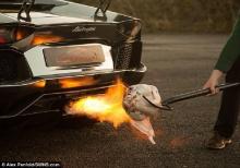 สุดเจ๋ง! เกจิรถใช้ลัมโบร์อกีนีย่างไก่งวงฉลองคริสต์มาส เหยียบคันเร่งท่อพ่นลุกเป็นไฟ