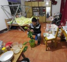 หนุ่มจีนสุดกตัญญูดูแลพ่ออัมพาต และเรียนเก่งได้รับทุนการศึกษา