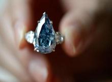 เพชรสีน้ำเงินยักษ์ทำราคาประมูลเฉียด 24 ล้านดอลลาร์สหรัฐ