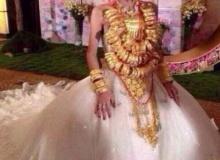 """ชาวเน็ตจีนฮือฮา """"เจ้าสาวหุ้มทอง""""ใส่ทองเข้าพิธีแต่งงานหลายสิบกิโล"""