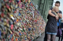 เวนิส รณรงค์คู่รักเลิกล็อกแม่กุญแจบนสะพานไม้ประวัติศาสตร์