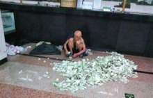 อึ้ง!! ขอทานจีนนั่งนับเงินกองมหึมาส่งกลับบ้าน